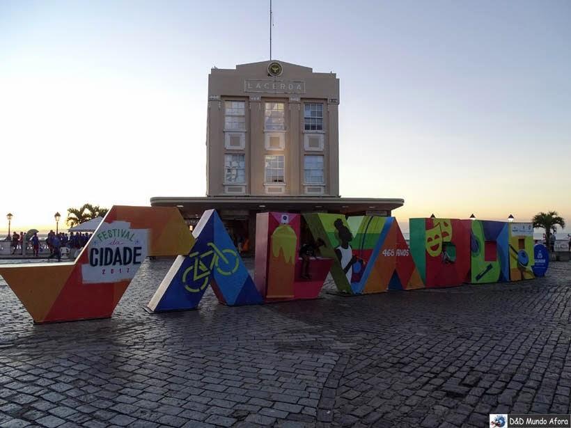 Praça Tomé de Souza em frente ao Elevador Lacerda e ao letreiro - O que fazer em Salvador