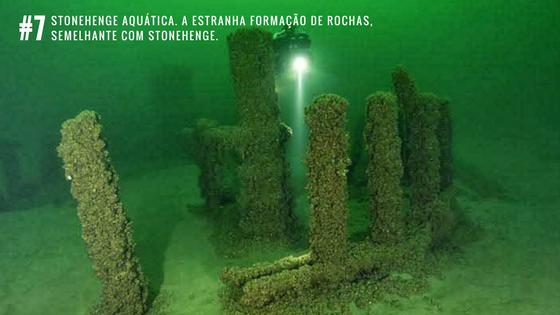 Stonehenge aquática, a estranha formação de rochas, semelhante com Stonehenge.