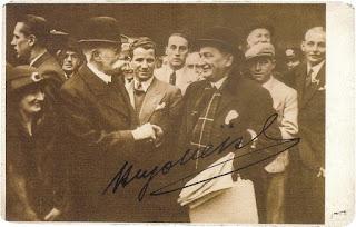 Sindelar primo da destra nella foto, a Londra nel 1932 alla vigilia della sfida contro l'Inghilterra. In primo piano il grande Hugo Meisl. Con il berretto in completo chiaro al fianco di Meisl, Karl Sesta. Al centro, Adolf Vogl e Anton Schall. Ultimo a sinistra di profilo Josef Smistik.