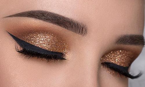 Maquillaje de ojos dorado para Nochebuena