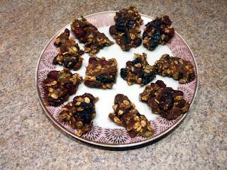Dietetyczne ciasteczka owsiane z suszonymi owocami i miodem na talerzu