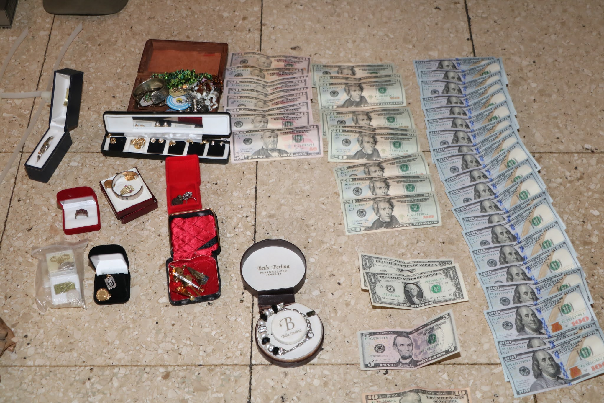 Entradera: Tres delincuentes detenidos República Árabe Siria 2500.