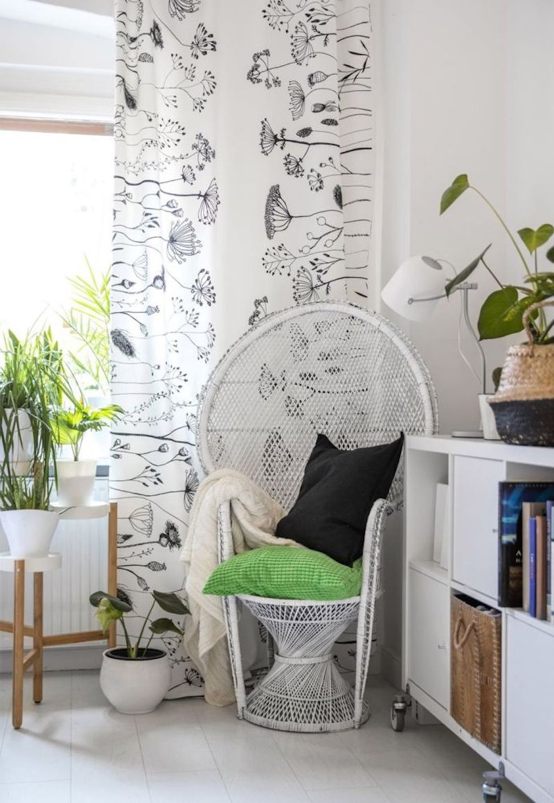 zona de lectura con sillón junto a la ventana y plantas