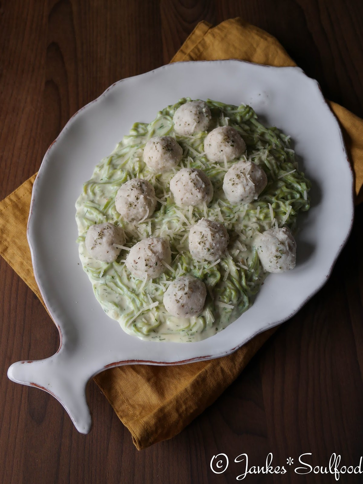 Feine Fischklößchen mit grüner Pasta