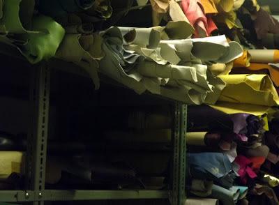 prateleiras com tecidos para encadernação de livros