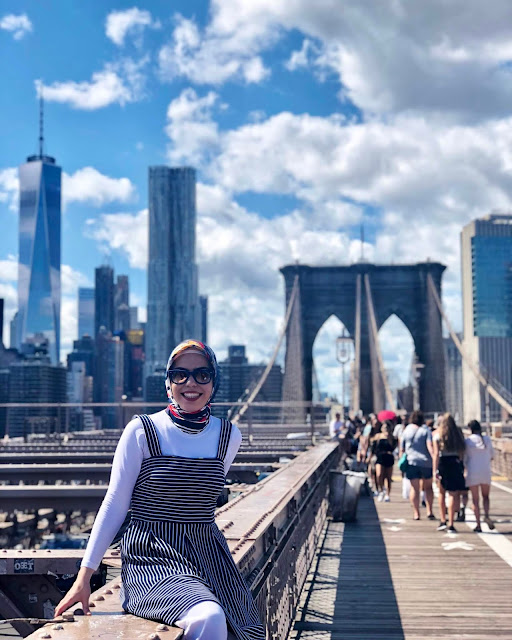 Beyza posing on the Brooklyn bridge.