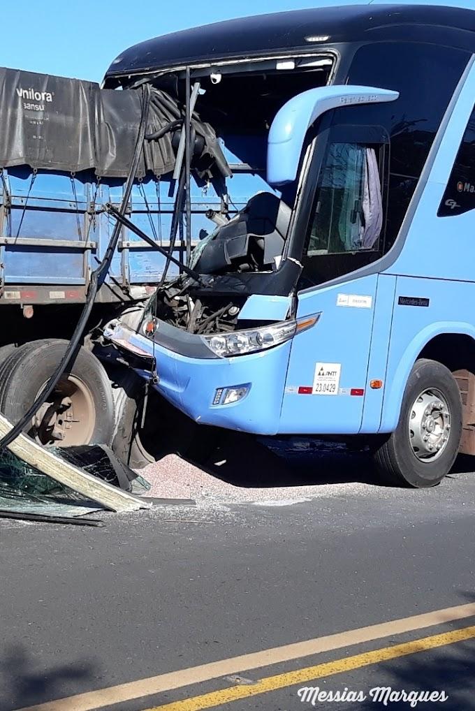 VÍDEO: acidente entre ônibus e carreta deixa feridos na BR-316, em Caxias