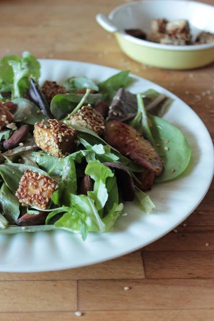 Cuillère et saladier : Salade de pêches grillées, amandes fumées et tofu pané au sésame