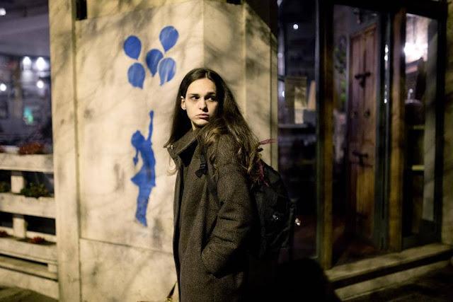 L'Affranchie Marco Danieli exterieur femme coin rue
