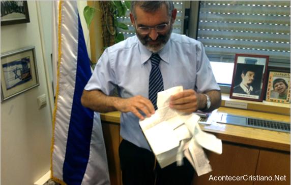Parlamentario israelí Michael Ben Ari, rompe Nuevo Testamento