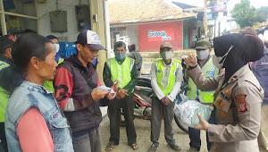 Cegah Klaster Baru Covid 19, Sat Binmas Polresta Bandung Bagikan 250 Masker Kepada Ojeg