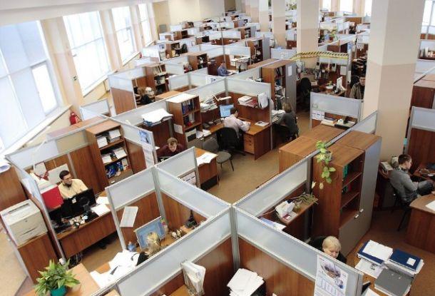 gambar orang sedang bekerja di kantor perusahaan sayang karyawan senang