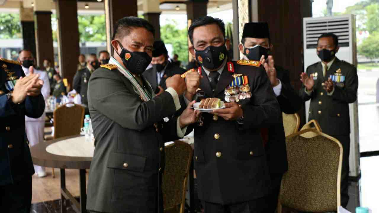 Kapoldasu Irjen Pol RZ Panca Putra Simanjuntak Berikan Suprise di Hari Ulang Tahun TNI ke 76
