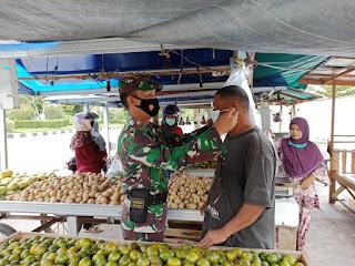 Sertu Yulian Segah pastikan Pasar Buah Kecamatan Pahandut sesuai Prokes