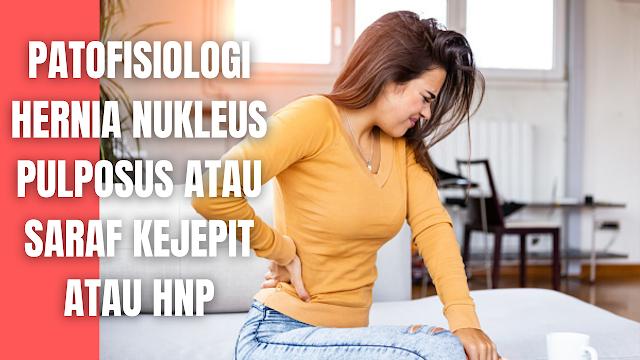 """Patofisiologi Hernia Nukleus Pulposus atau Saraf Kejepit atau HNP Pada Manusia Penyebab utama terjadinya penyakit HNP karena adanya cedera yang diawali dengan terjatuh atau trauma pada daerah lumbal, tetapi lebih sering terjadi karena posisi menggerakkan tubuh yang salah.   Pada posisi gerakan yang tidak tepat inilah, sekat tulang belakang dan terdorong ke satu sisi sehingga pada saat itulah bila beban yang mendorong cukup besar maka akan terjadi perobekan pada annulus pulposus yaitu cincin yang melingkari nucleus pulposus dan mendorongnya merosot keluar.  Melengkungnya punggung kedepan akan menyebabkan menyempitnya atau merapatnya tulang belakang bagian depan, sedangkan bagian belakang merenggang sehingga nucleus pulposus akan terdorong ke belakang.   Hanya prolapsus discus intervertebralis yang terdorong ke belakang yang menimbulkan nyeri, sebab pada bagian belakang vertebra terdapat serabut saraf spinal beserta akarnya, dan apabila sampai tertekan oleh prolapsus discus intervertebralis akan menyebabkan nyeri yang hebat pada bagian pinggang bahkan juga dapat menyebabkan kelumpuhan anggota bagian bawah.    Nah itu dia bahasan dari patofisiologi patofisiologi hernia nukleus pulposus atau saraf kejepit atau HNP pada manusia. Melalui bahasan di atas bisa diketahui mengenai bahasan patofisiologi hernia nukleus pulposus atau Saraf Kejepit atau HNP pada manusia. Mungkin hanya itu yang bisa disampaikan di dalam artikel ini, mohon maaf bila terjadi kesalahan di dalam penulisan, dan terimakasih telah membaca artikel ini.""""God Bless and Protect Us"""""""
