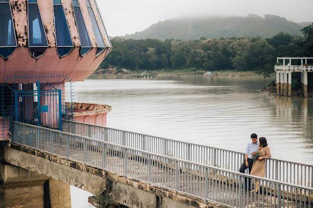 Khung cảnh xanh mát xung quanh hồ Dầu Tiếng cũng là điều khiến nơi đây thu hút du khách ghé chơi. Đến đây, ngoài chụp ảnh, bạn có thể tham gia các hoạt động như chèo thuyền, câu cá, thưởng thức hải sản tươi và khám phá cuộc sống của người dân bản địa.
