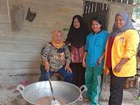 Mahasiswa KKN UNA Ikut Produksi Minyak Kelapa untuk Dipasarkan di HUT Asahan