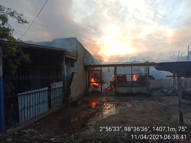 Personel Jajaran Kodim 0207/Simalungun Melalui Koramil 12/Seribu Dolok Bantu Padamkan Kebakaran Rumah Warga