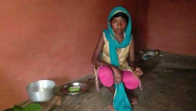 भूख से बचने को पेट पर कपड़ा बांधकर सोती है 11 साल की ये मासूम बच्ची - newsonfloor.com