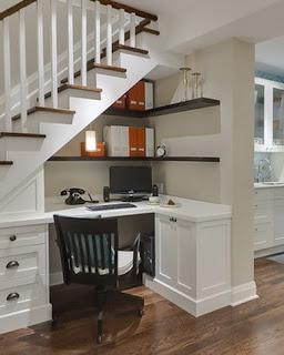 Un ufficio creato sotto le scale di casa immagine