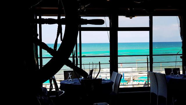 Contrasto interno locale con il colore del mare