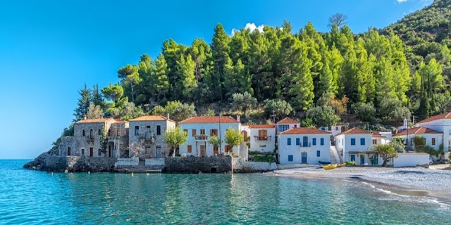 Το κρυμμένο χωριό της Ελλάδας ανάμεσα σε ένα βουνό και τη θάλασσα
