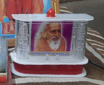 पारदर्शी बॉक्स में गुरु महाराज के सुंदर चित्र । यात्रा गाड़ी आदि में लगाने योग्य