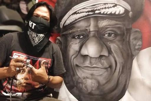 Seniman Asal Maros Ruslan Ullank Juara Kompetisi Melukis Wakil Gubernur Papua