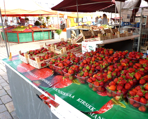 An abundance of spring strawberries at the Kauppatori in Helsinki, Finland ♥ KitchenParade.com