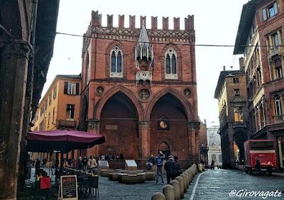 piazza della Mercanzia Bologna