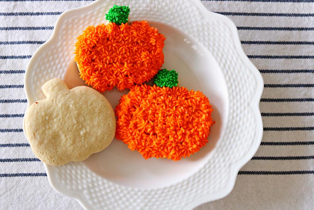 pumpkins-decorated-cookies-sugar-orange-frosting