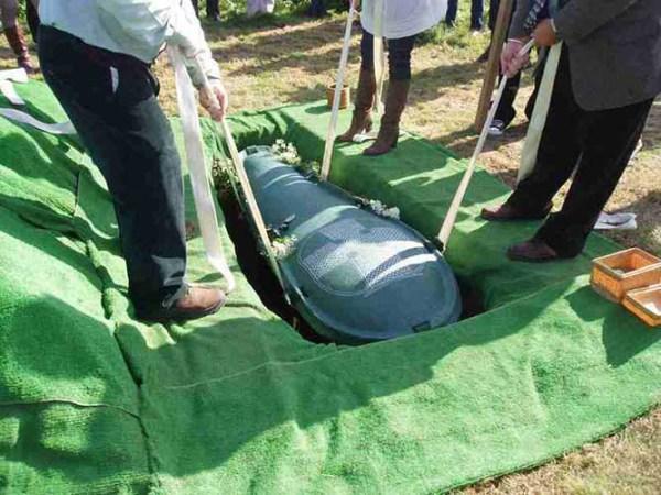 Ele pediu à esposa para ser enterrado com todo o dinheiro e você não imagina o que ela fez, Veja!!!