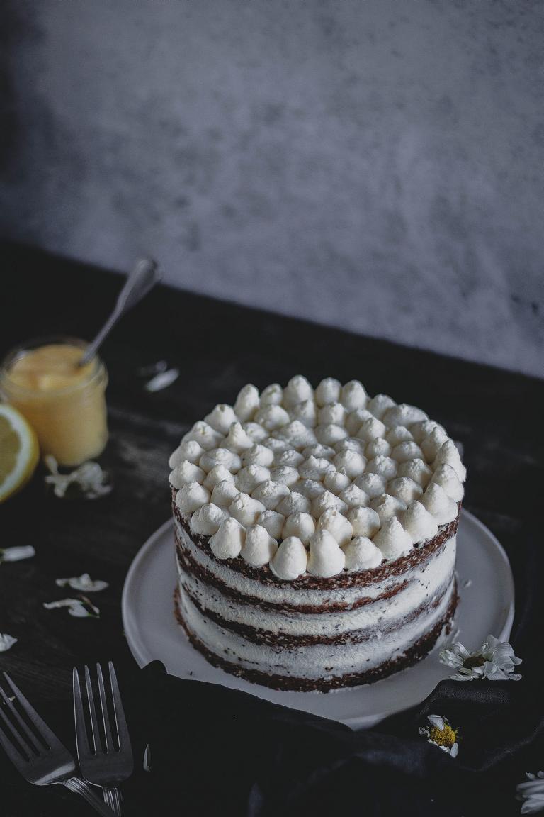 Eine Torte mit heller Sahnecreme