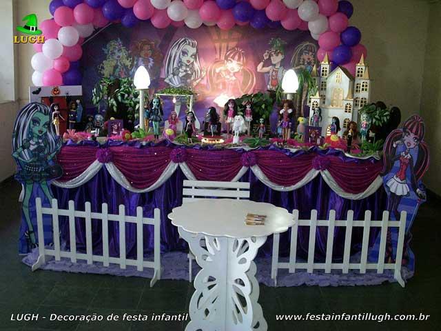 Decoração festa de aniversário infantil Monster High - Mesa temática luxo forrada com toalhas de tecido - Barra (RJ)