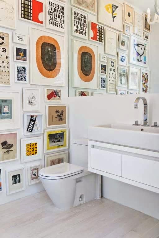 Cuarto de baño con cuadros