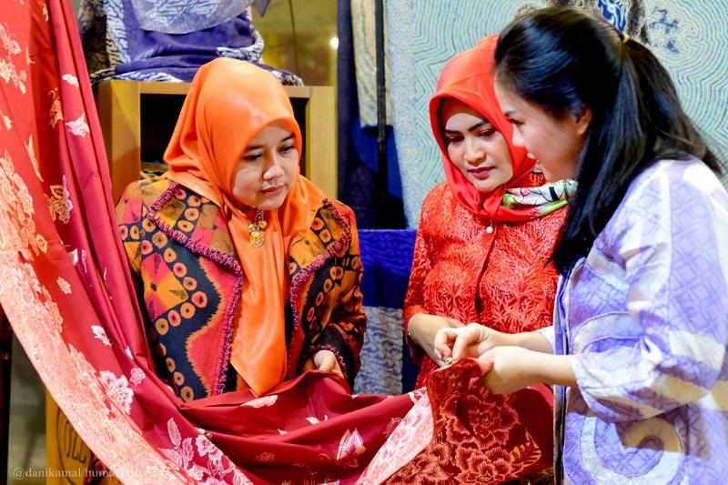 Lina Ruzhan Apresiasi Pameran Legenda Batik Nusantara 2020