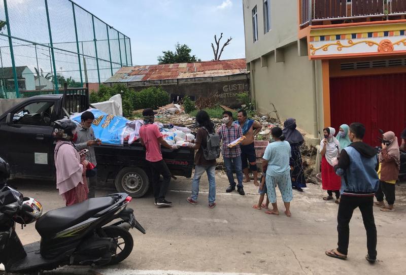 Sahabat Lukita Berbagi ke masyarakat Batam yang tidak mendapat Sembako dari Pemko Batam