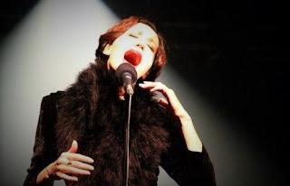 cantatrice chante dans un théatre