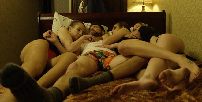 en la cama con tres mujeres