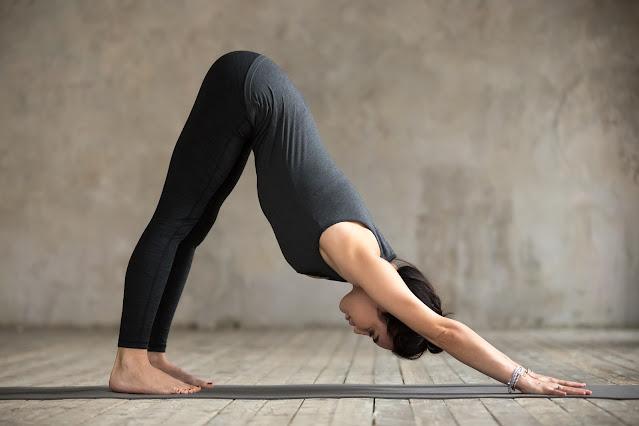 Bài tập yoga đơn giản Adho Mukho Svanasana ( Tứ thế úp mặt xuống )