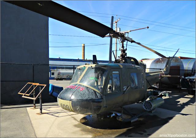 Helicóptero  UH-1 en el Battleship Cove