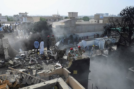 he scene of an airplane crash in Karachi. (Photo: AFP / TTXVN)
