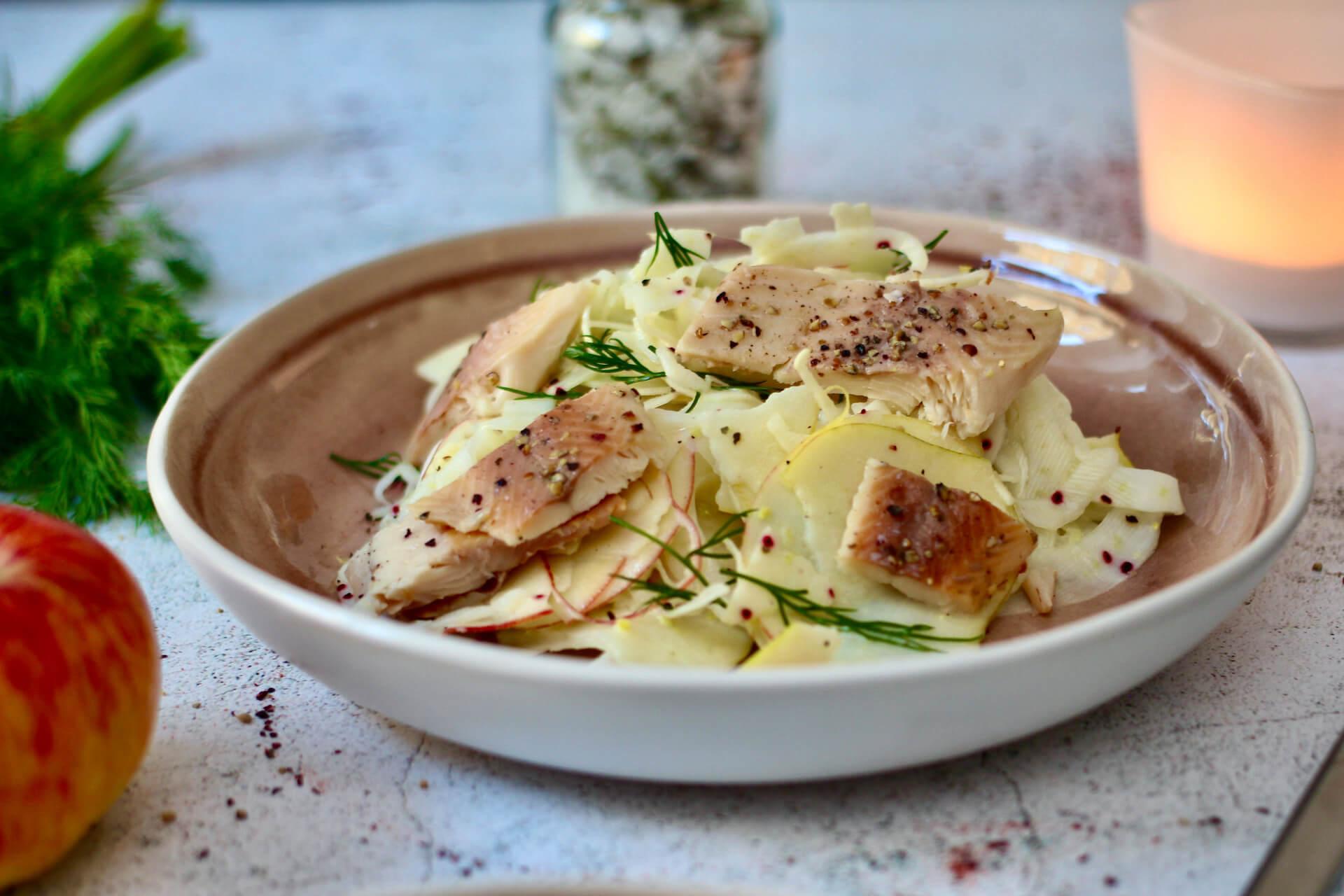 Apfel-Fenchel-Salat mit Räucherfisch