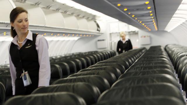Encuentra vómito en el asiento de un avión, reclama, la arrestan y ahora demanda 55 millones de dólares