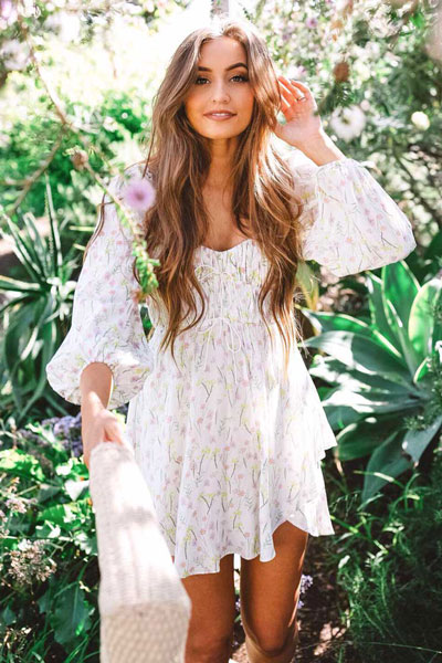 Do you like comfortable & cozy dress outfits? See these 29 Best Casual Dressy Outfits to Look Fantastic. Women's Style + Fashion via higiggle.com | Floral Mini Dress | #boho #dress #casualoutfits #floral