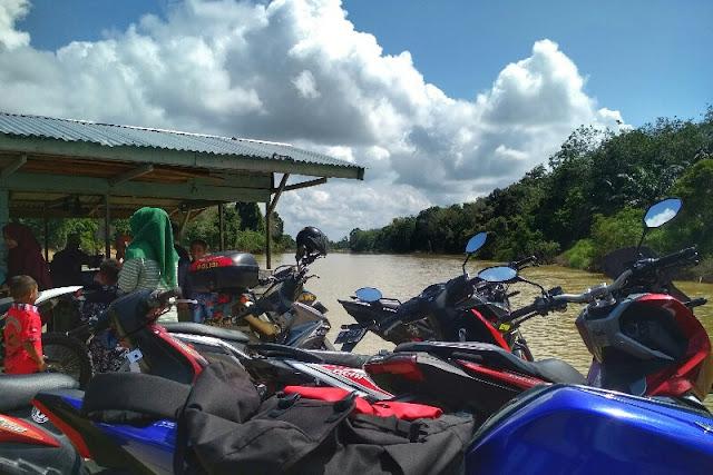 Rakit penyeberangan umum sungai Kampar