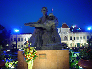 Estatua de Ho Chi Minh frente al Comité Popular de Saigón