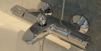 Vattenkran vid badkar