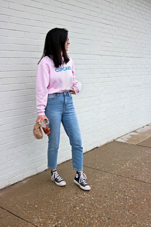 slogan sweater mom jeans converse