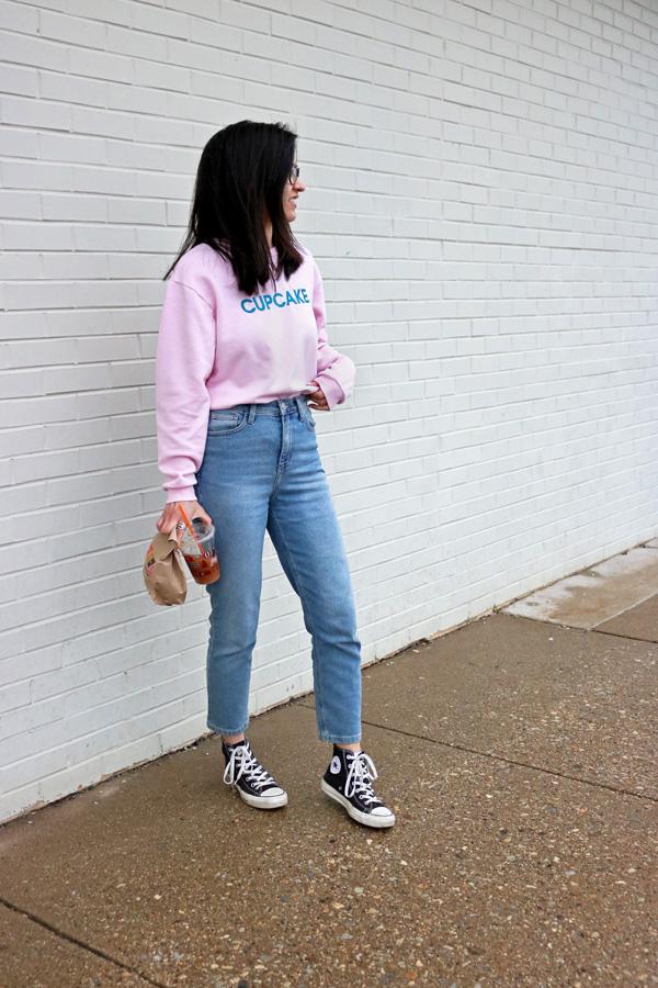 slogan sweater mom jeans converse